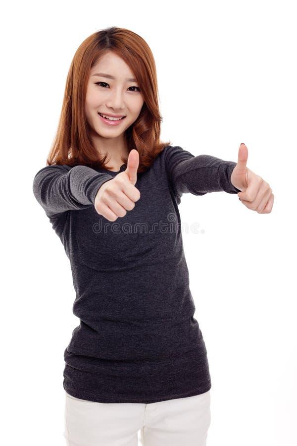 Junge asiatische Frau, die Daumen zeigt stockfoto