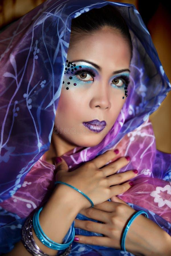 Junge asiatische Frau, die einen bunten Schleier trägt lizenzfreie stockfotografie