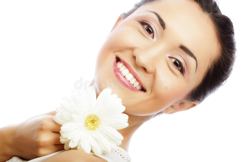 Junge asiatische Frau, die weiße gerber Blume hält lizenzfreies stockfoto