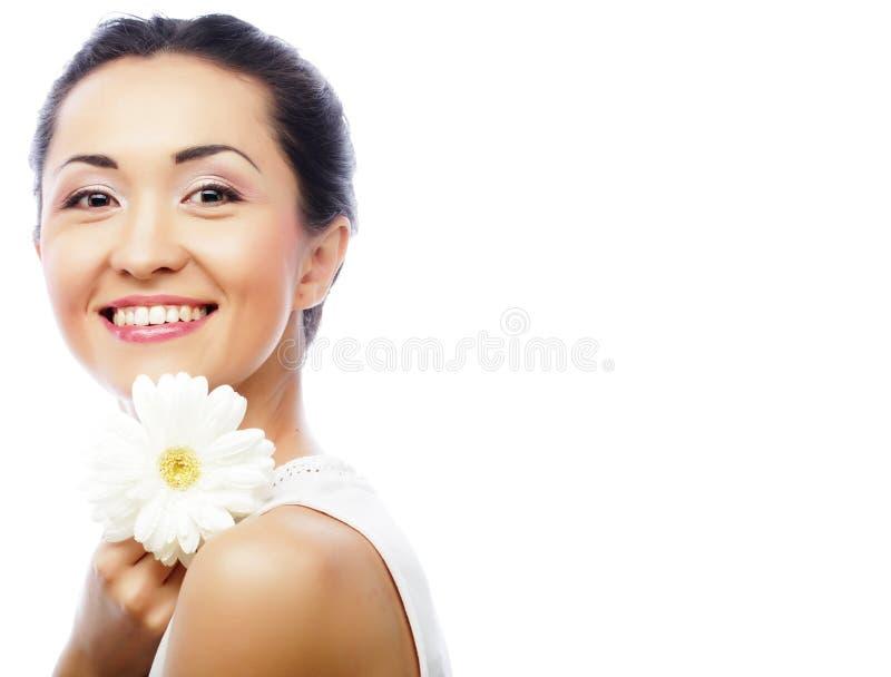 Junge asiatische Frau, die weiße gerber Blume hält stockfotografie