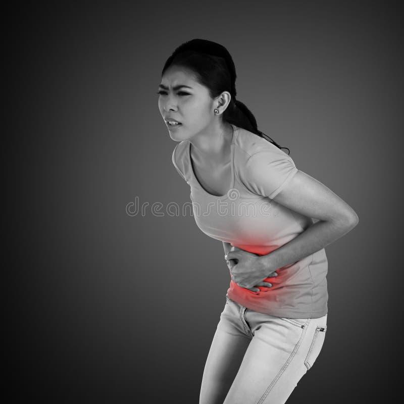 Junge asiatische Frau haben Magenschmerzen lizenzfreie stockfotografie