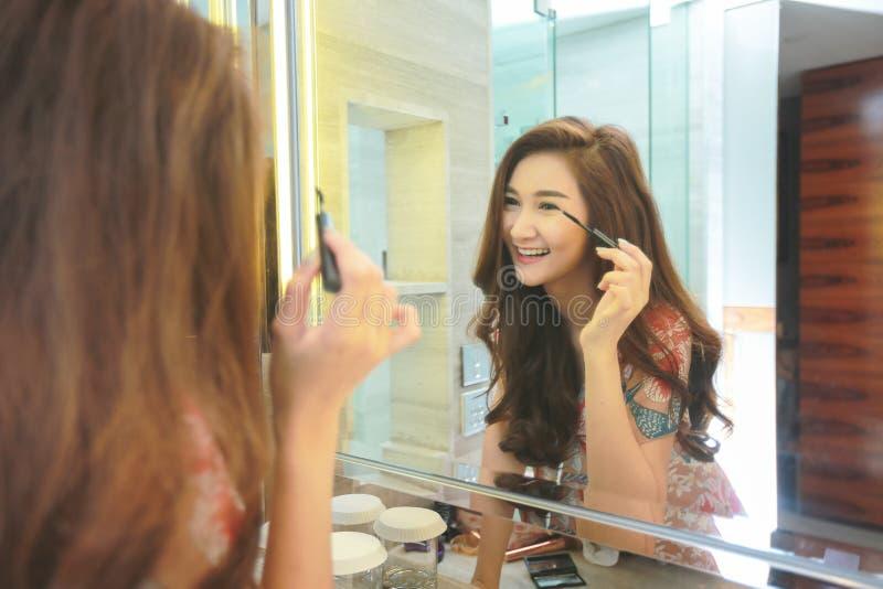 Junge asiatische Frau ist enttäuscht von ihrer Fähigkeit, Make-up anzuwenden Augenlider lizenzfreie stockfotos