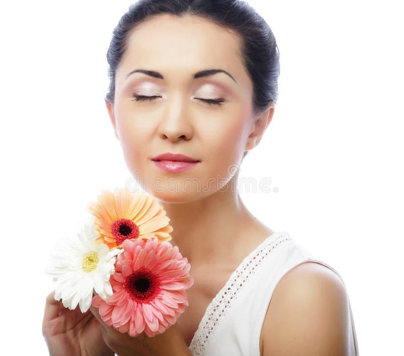 Junge asiatische Frau mit Blumenstrauß gerber Blumen stockfotos