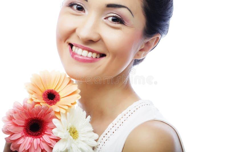 Junge asiatische Frau mit Blumenstrauß gerber Blumen lizenzfreie stockfotografie