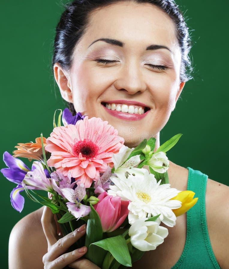 Junge asiatische Frau mit Blumenstraußblumen lizenzfreie stockbilder