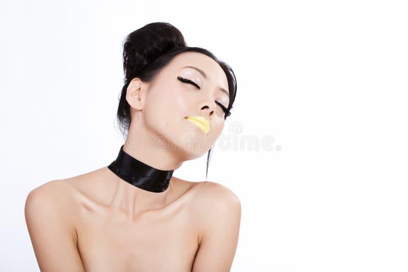 Junge asiatische Frau mit bunter Verfassung lizenzfreie stockbilder