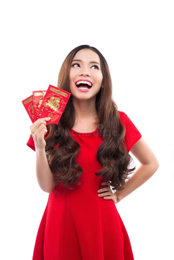 Junge asiatische Frau mit der betenden Geste, die Ihnen gutes Glück wünscht Chinesische junge Frau, die das glückliche Geld zeigt lizenzfreie stockbilder