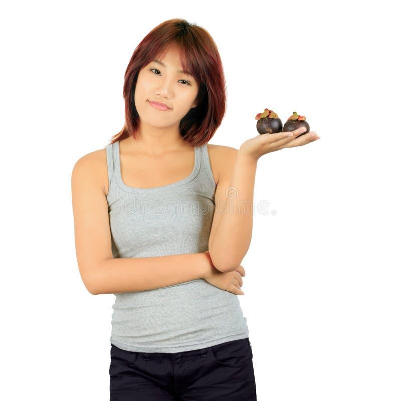 Junge asiatische Frau mit einem mangoesteen über Weiß. lizenzfreie stockfotografie