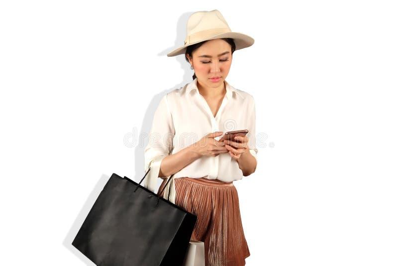 Junge asiatische Frau mit Einkaufstasche lizenzfreie stockbilder