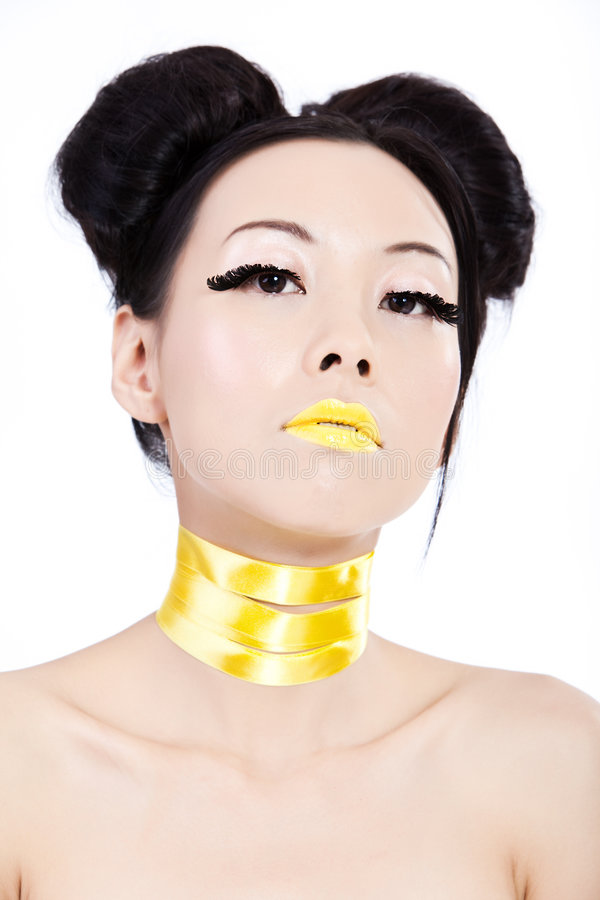 Junge asiatische Frau mit gelber Verfassung stockbilder