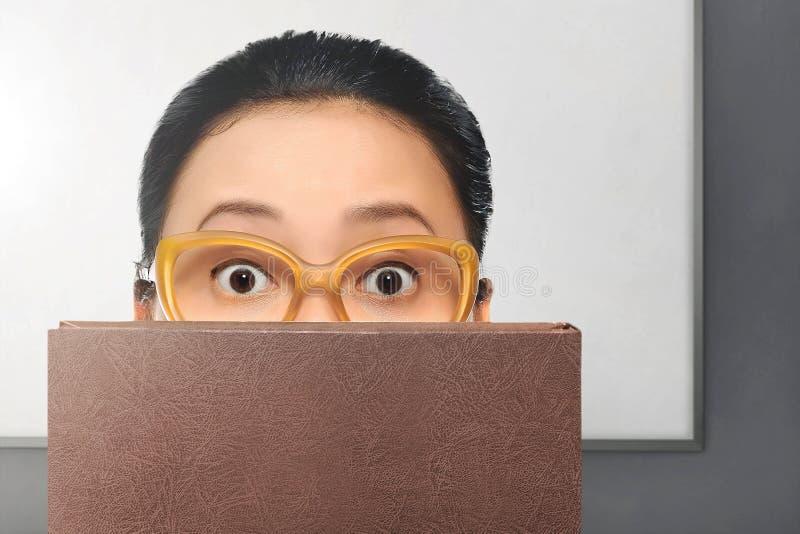 Junge asiatische Frau mit Gläsern lizenzfreie stockfotografie