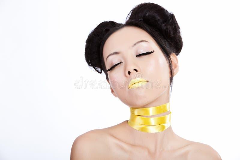 Junge asiatische Frau mit kreativer yellowl Verfassung lizenzfreie stockfotos