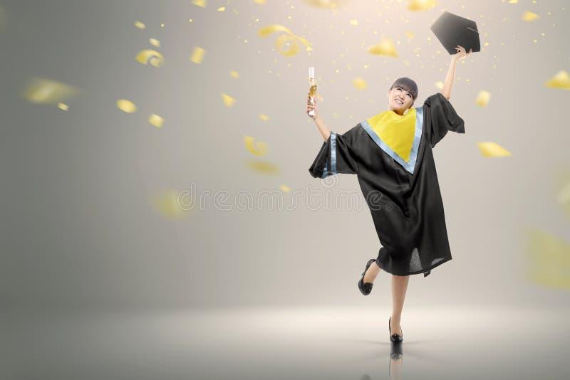 Junge asiatische Frau mit Rolle ihre Staffelung feiernd stockfoto