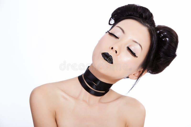 Junge asiatische Frau mit schwarzer Verfassung lizenzfreie stockfotos