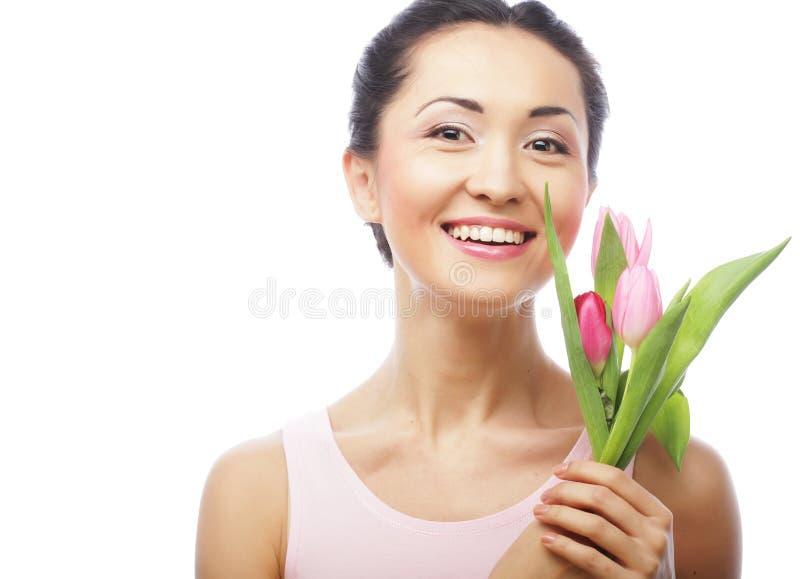 Junge asiatische Frau mit Tulpen stockfotos