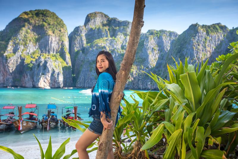 Junge asiatische Frauenaufgabe auf der Mayabucht lizenzfreie stockfotos