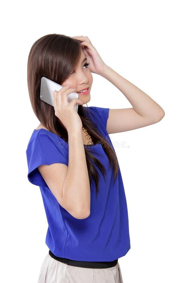Junge asiatische Geschäftsfrau Condused am Telefon lizenzfreie stockfotos