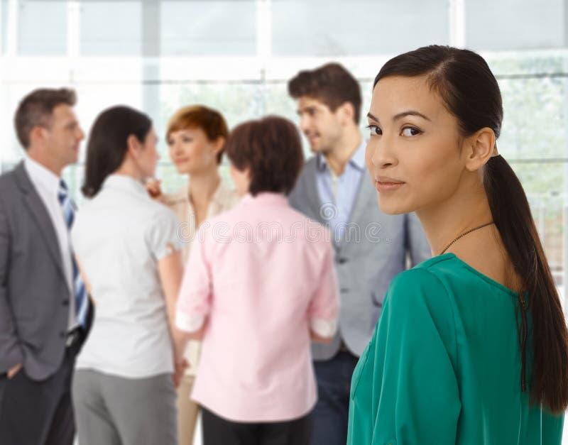 Junge asiatische Geschäftsfrau und Geschäftsteam lizenzfreie stockbilder