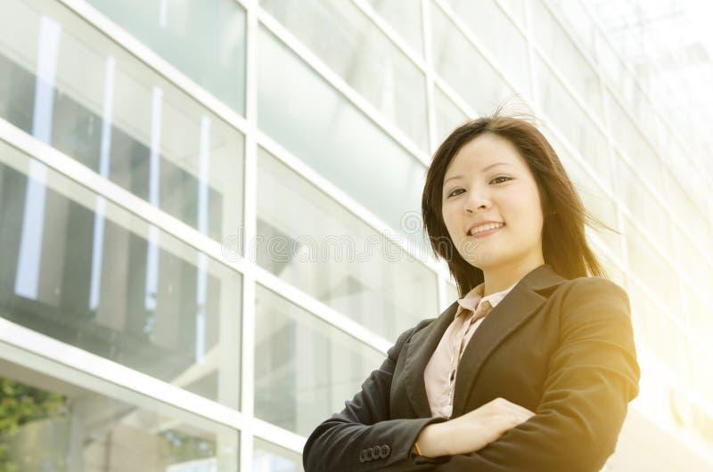 Junge asiatische Geschäftsfrauarme gekreuzt lizenzfreie stockfotos