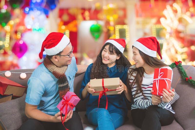 Junge asiatische Leute, die im Weihnachtsfest sprechen lizenzfreies stockbild