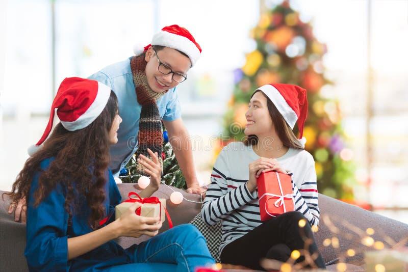Junge asiatische Leute, die im Weihnachtsfest sprechen stockfoto