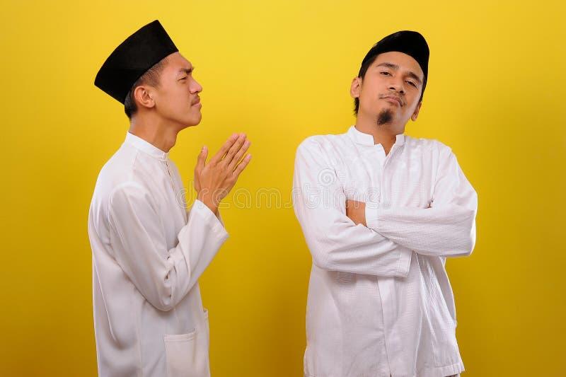 Junge asiatische muslimische Männer ignorieren die Entschuldigung für den Bruder seines Muslims Bad Attitude in Ramadan lizenzfreies stockfoto