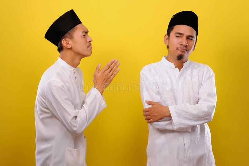 Junge asiatische muslimische Männer ignorieren die Entschuldigung für den Bruder seines Muslims Bad Attitude in Ramadan lizenzfreie stockfotografie