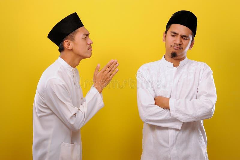 Junge asiatische muslimische Männer ignorieren die Entschuldigung für den Bruder seines Muslims Bad Attitude in Ramadan lizenzfreie stockfotos