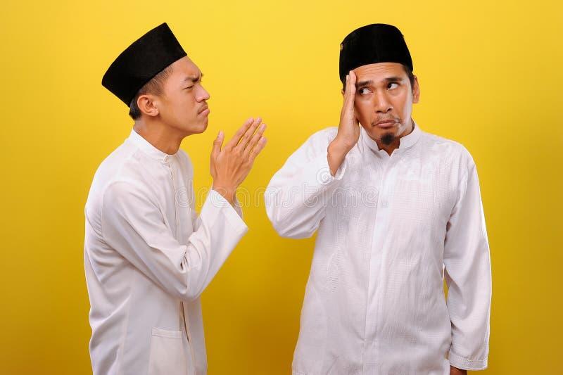 Junge asiatische muslimische Männer ignorieren die Entschuldigung für den Bruder seines Muslims Bad Attitude in Ramadan stockbild