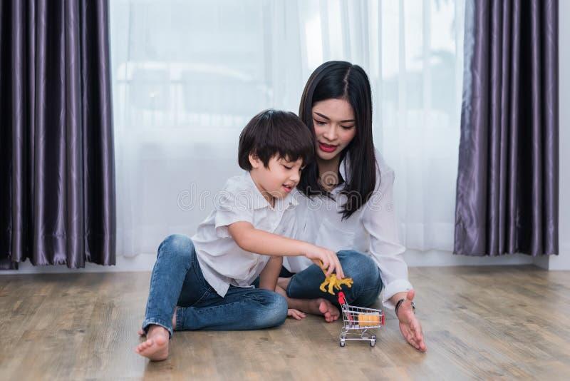 Junge asiatische Mutter und Sohn, die Spielzeug im Haus spielt Mutter- und Sohnkonzept Gl?ckliche Familie und s??es Haupthauptthe stockfoto