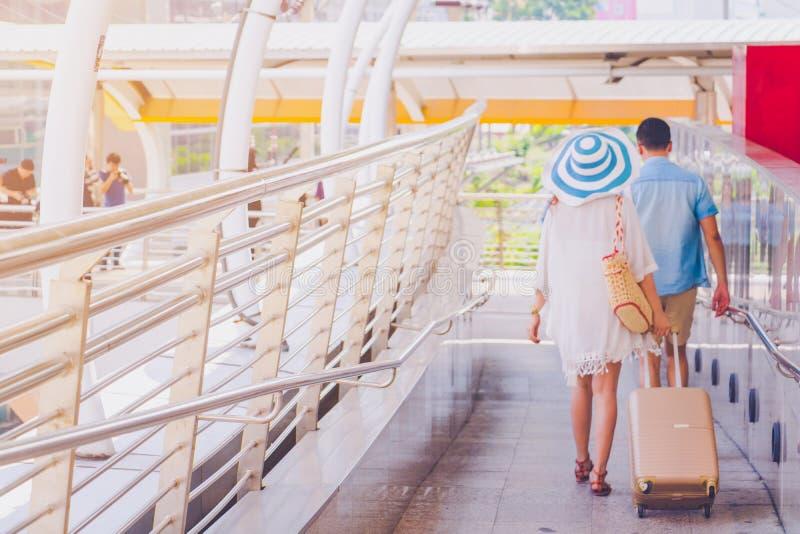 Junge asiatische Paare gehen mit Holdingwanderer in der Stadt stockfoto