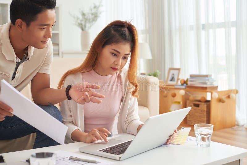Junge asiatische Paare zu Hause lizenzfreies stockfoto
