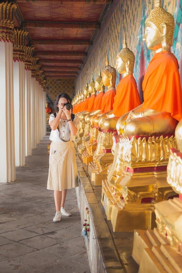Junge asiatische schießende Kamera am chuch von Wat Arun lizenzfreie stockfotos