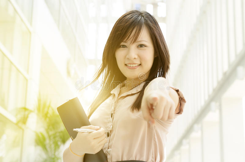 Junge asiatische weibliche Exekutive, die auf Sie zeigt stockbild