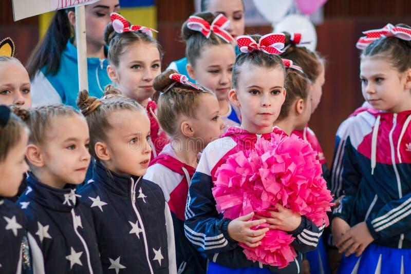 Junge Athleten hören auf das Nationalhymne, Ñ- hampionship der Stadt von Kamenskoye, beim cheerleading unter Soli, die Duos und  stockbilder