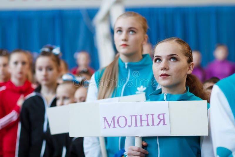 Junge Athleten hören auf das Nationalhymne, Ñ- hampionship der Stadt von Kamenskoye, beim cheerleading unter Soli, die Duos und  lizenzfreie stockfotografie