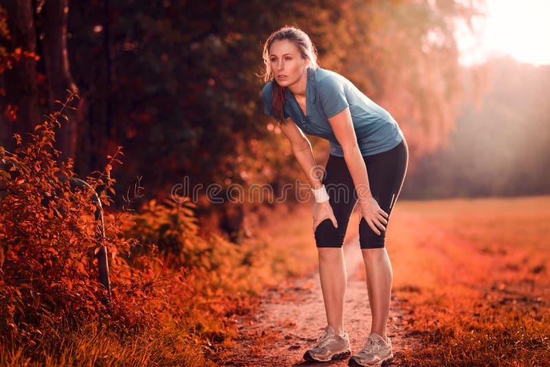 Junge athletische Frau, die eine Pause vom Training macht lizenzfreies stockfoto