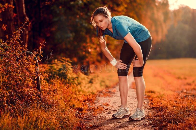 Junge athletische Frau, die eine Pause vom Training macht lizenzfreie stockbilder
