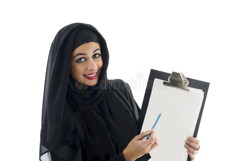 Junge attraktive arabische Geschäftsfrau, die Klemmbrett zeigt lizenzfreie stockfotografie