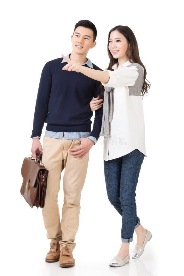Junge attraktive asiatische Paare stockfotos