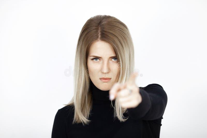 Junge attraktive Blondine zeigen Finger in Kamera mit Überzeugung stockbilder