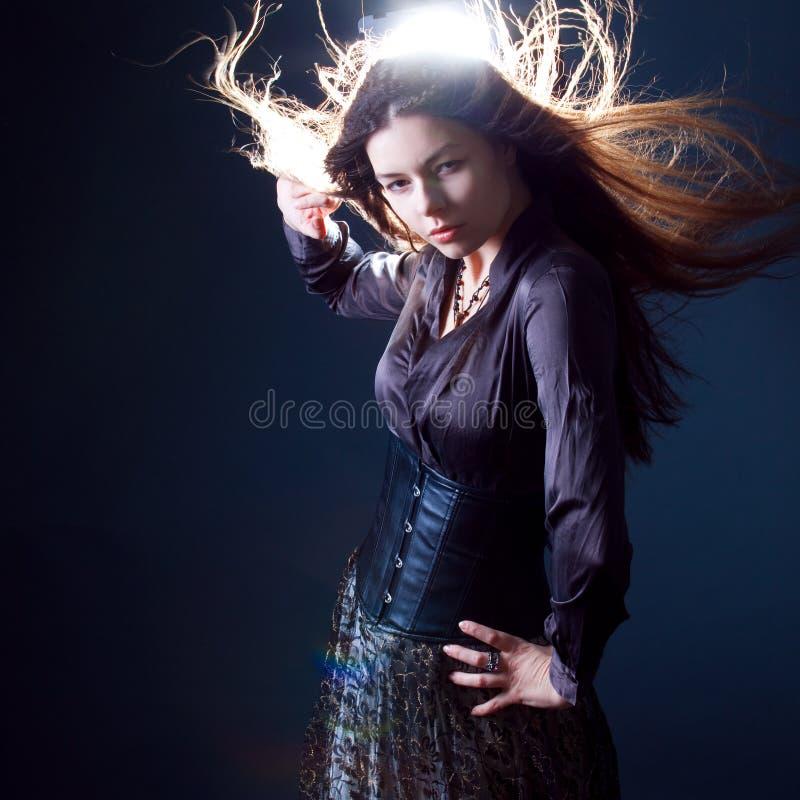 Junge attraktive brunette Frau in der Dunkelheit Schönes junges Hexenbild für Halloween stockbild