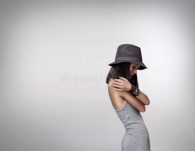 Junge attraktive Frau über weißem Hintergrund stockfoto