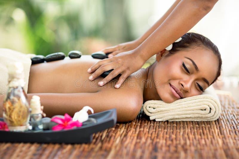 Junge attraktive Frau, die in der asiatischen Massage genießt lizenzfreies stockfoto