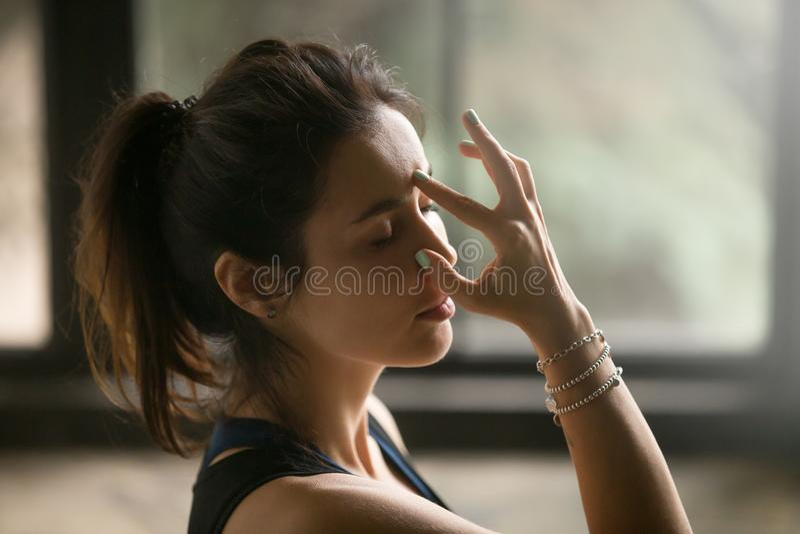 Junge attraktive Frau im abwechselnden atmenden Nasenloch, Studioba lizenzfreies stockfoto