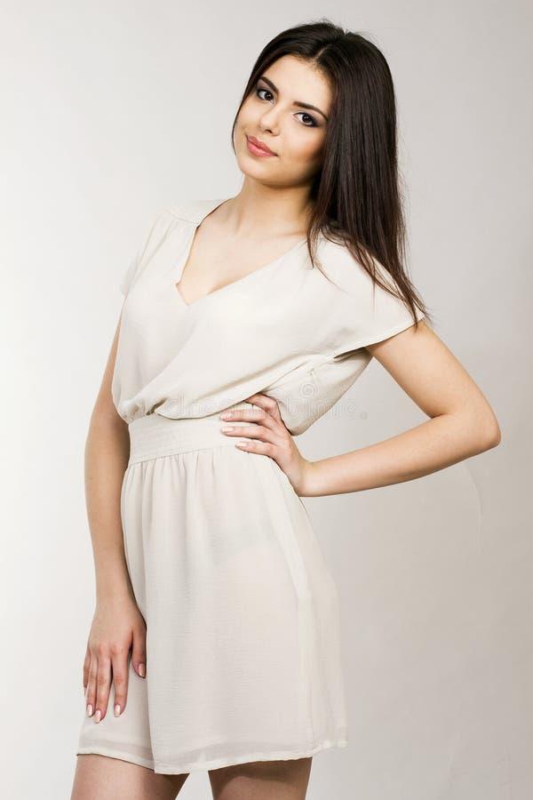 Junge attraktive Frau im Kleid lizenzfreies stockfoto