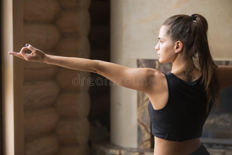 Junge attraktive Frau in Krieger zwei werfen, Haupt- Innen-backgr auf lizenzfreie stockbilder