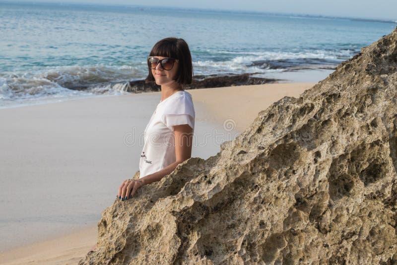 Junge attraktive Frau nahe dem Ozean an einem Sommertag Tropeninsel Bali, Indonesien stockfotografie
