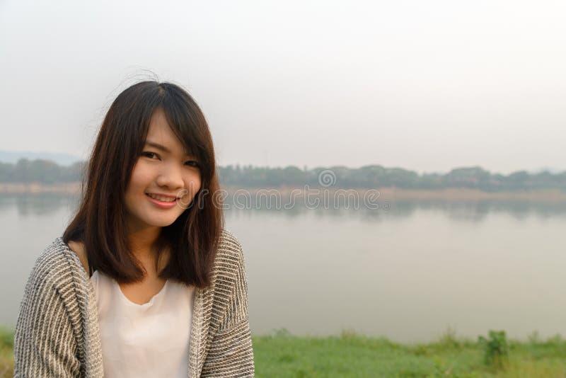 Junge attraktive Frau nahe dem Ozean am Sommertag stockfotos