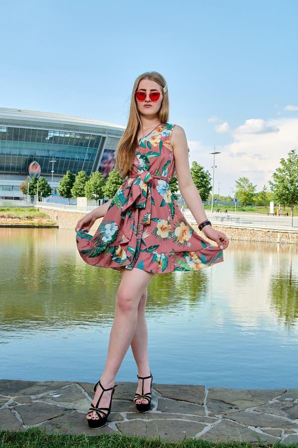 Junge attraktive Frau Rote Sonnenbrille, Farbkleid M?dchen ` s Portr?t Fu?ballstadionshintergrund stockbilder